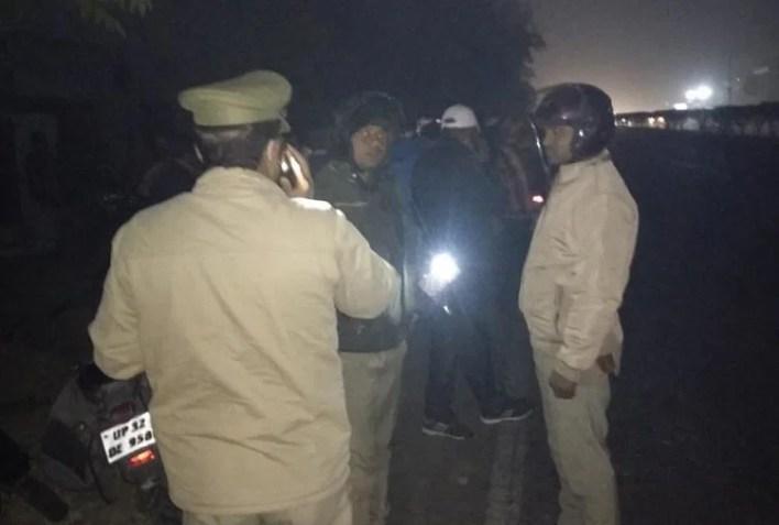 वारदात स्थल पर मौजूद पुलिसकर्मी।
