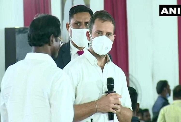 कांग्रेस पार्टी के कार्यकर्ताओं से बात करते राहुल गांधी।