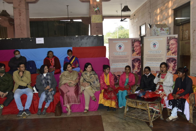 गोमती नगर स्थित शिरोज कैफे में आयोजित चाय पर चर्चा कार्यक्रम में अपनी बात रखतीं बेटियां।