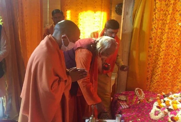 रामलला के दर्शन करते हुए सीएम योगी