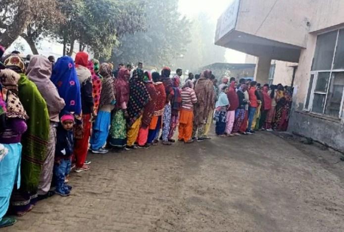 मुक्तसर में मतदान के लिए लगी महिलाओं की कतार।
