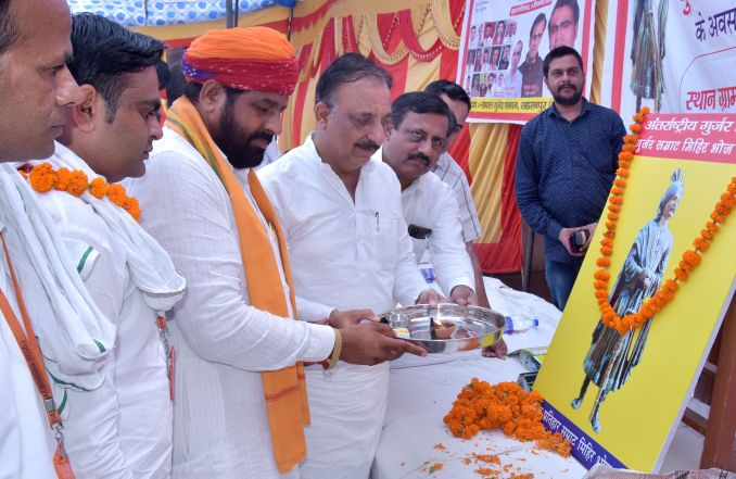 In the program organized on the birth anniversary of Gurjar emperor Mihir Bhoj in Kankarkui, activists lighting a lamp on the picture?