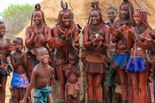 गांव में महिलाएं अपने बच्चों के साथ रहती हैं। यहां हर रोज सांस्कृतिक कार्यक्रम होते हैं।