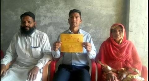 इमरान (मध्य में) अपनी शादी का कार्ड दिखाते हुए।