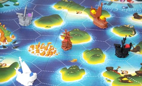 """Piraten und Kriegsschiffe in dem Spiel """"Black Fleet"""""""