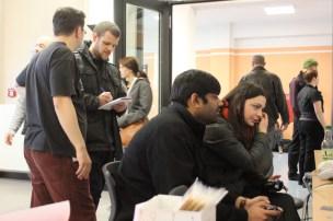 Im Hintergrund: Die Spielkritik-Chefredaktion im Gespräch mit der Presse (aka. Sylvio und unser Gastautor Christian)