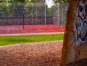 Bolzplatz und Basketballkorb