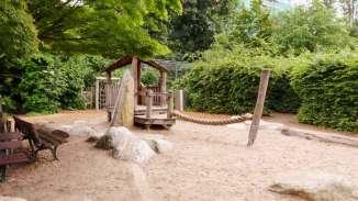 Sandkasten und Hütte