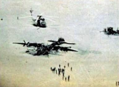 Vrakene av helikopteret og transportflyet.