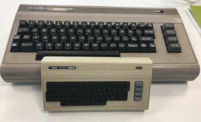 Den «skikkelige» The 64-systemet med ordentlig tastatur, vs en tidlig utgave av miniversjonen.