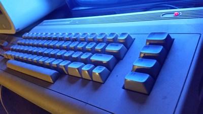 En Commodore 64 i sitt rette element, opplyst av en knøttliten CRT-skjerm.