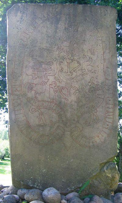 Denne runesteinen fra Ockelbo i Sverige, viser to personer som spiller «tofl». Bilde: Riksantikvarieämbetet.