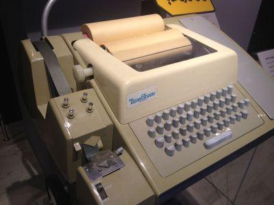 Originalversjonen ble spilt via slike maskiner. Bilde ArnoldReinhold (CC BY-SA 3.0).