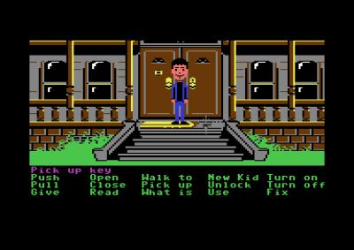 I Maniac Mansion styrer du en peker, i stedet for figuren selv, og velger verb fra bunnen av skjermen som du kan bruke i skjermbildet over.