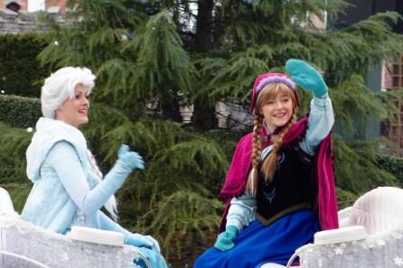 """Anna und Elsa bei """"Frozen: A Royal Welcome"""" im Disneyland Paris"""
