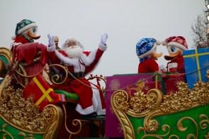 Santa Claus bei der Weihnachtsparade im Disneyland Paris