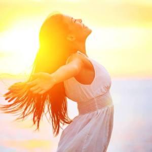 femme épanouie au soleil souriante féminin sacré