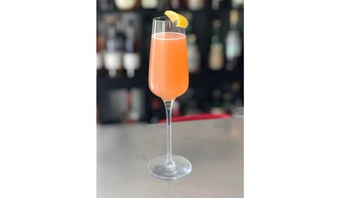 Summer Cocktails sparkling with lemon
