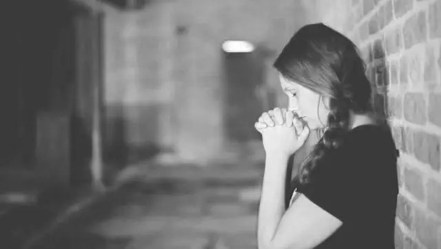 祈る女性 感謝 瞑想 願い