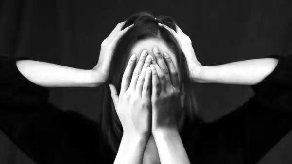 女性 頭痛 悩み 心霊現象