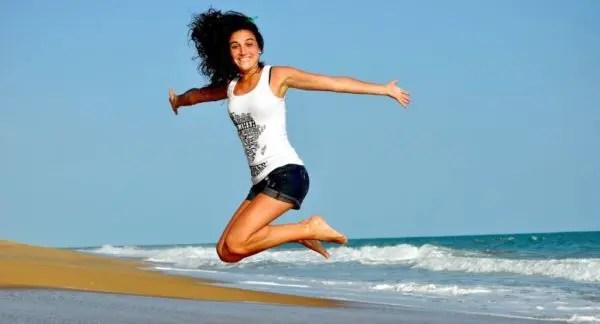 女性 元気 海 ジャンプ