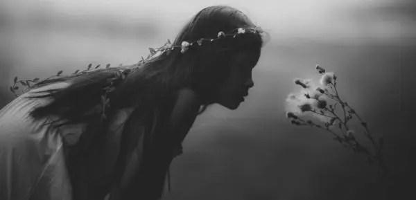 花の匂いを嗅ぐ少女