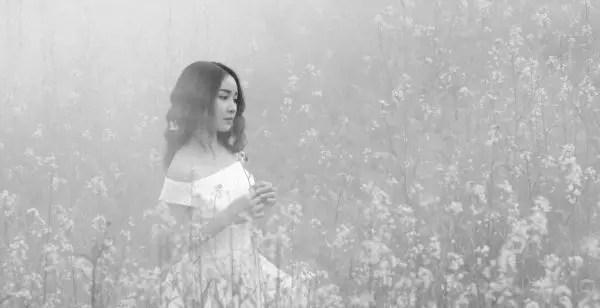 女性 花畑 霧 祈る