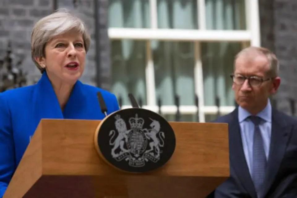 2017年6月9日総選挙の結果を受けて演説をするメイ英首相と夫のフィリップ