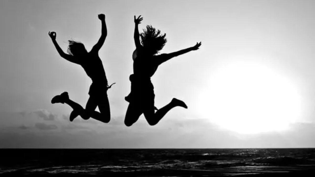 女性 ジャンプ 元気 健康 ワクワク 海 夕日