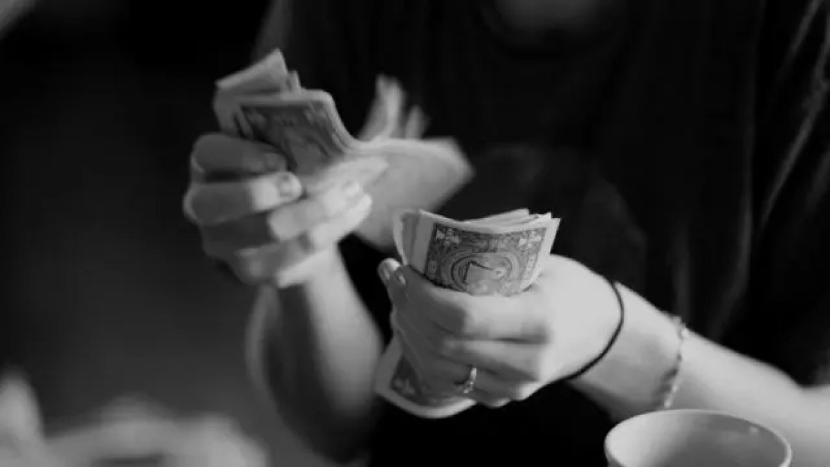 お金を数える お金持ち お札