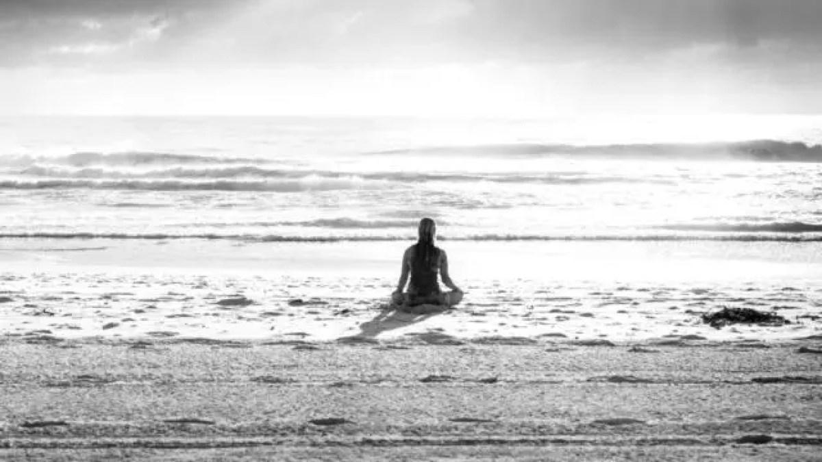 ビーチでヨガをする女性 海 浜辺 精神統一