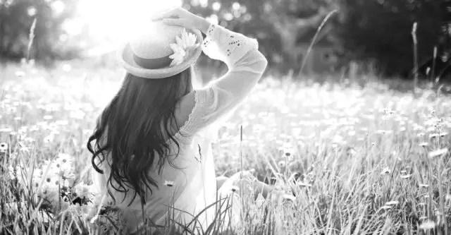 女性 光 草原