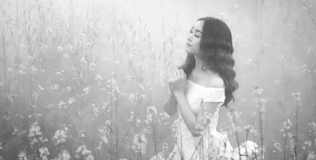 女性 祈る 感動 お花畑 浄化 呼吸