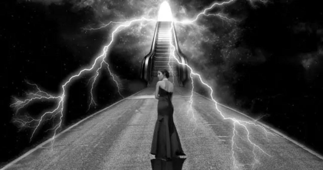 女性 心霊現象 階段 稲妻 不安