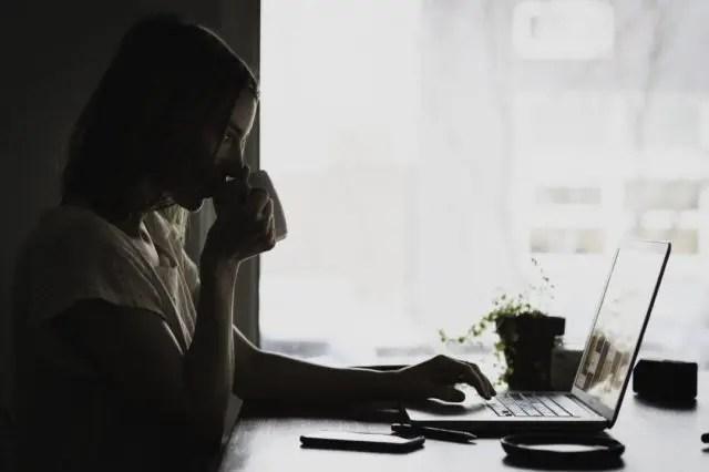 女性 仕事 カフェ 暗い 不安