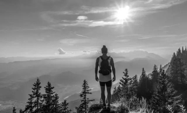 ハイキング ハイカー 男性 旅 修行 太陽 光