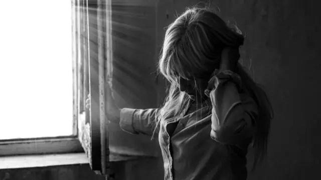 髪をかき上げる女性 光 窓