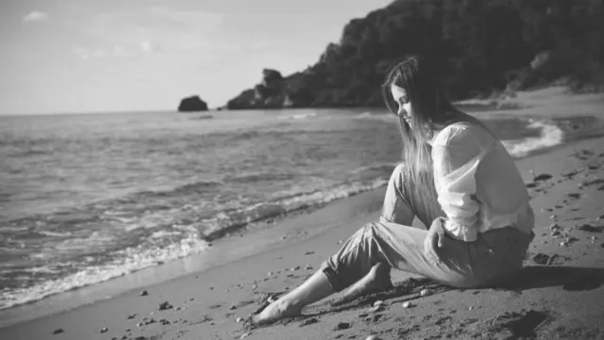女性 悲しい 海 浜辺