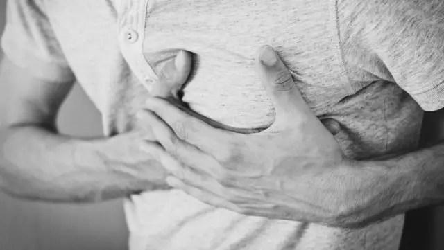 男性の心臓 胸を押さえる