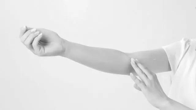 女性の腕 湿疹 かゆみ 蕁麻疹
