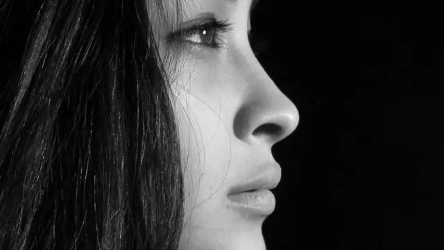 女性の鼻 目