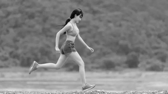 走る女性 ランニング 健康 運動