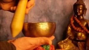 Utilisation du bol chantant tibétain.