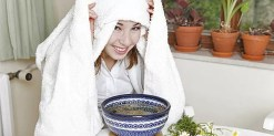 Couvrir sa tête avec une serviette pour inhaler les huiles essentielles.