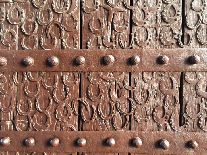 蹄の模様の門