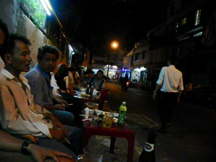 熱い中歩道の席でビールを飲むベトナム人