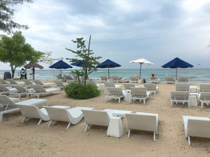 ヴィラの前のビーチベッド