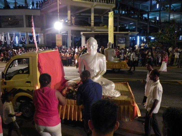 ペラヘラ祭り4 真っ白の仏像