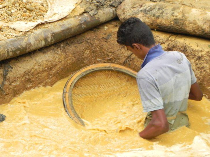 砂利と土から宝石を探す人