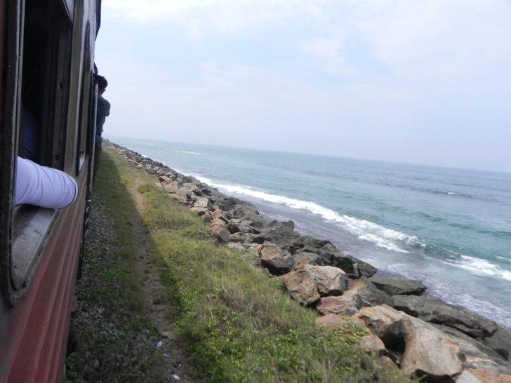 海岸沿いを走るスリランカ鉄道
